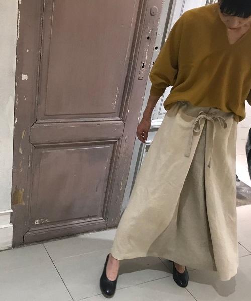 フロントの布合わせが魅力的な「配色スカート」が入荷しました。ウエストのリボンが コーディネートを引き締めてくれます。